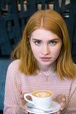 Muchacha que sostiene una taza de café Imágenes de archivo libres de regalías