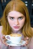 Muchacha que sostiene una taza de café Fotos de archivo