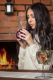 Muchacha que sostiene una taza de café caliente Fotos de archivo libres de regalías