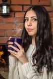Muchacha que sostiene una taza de té caliente Fotos de archivo