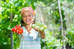 Muchacha que sostiene una verdura Foto de archivo libre de regalías