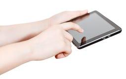 Muchacha que sostiene y que hace clic la pantalla de la tableta-PC aislada Imagen de archivo libre de regalías
