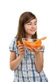 Muchacha que sostiene zanahorias frescas Fotos de archivo