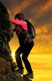 muchacha que sube en la roca Foto de archivo libre de regalías