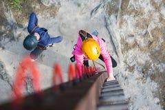 Muchacha que sube en parque de la aventura Fotos de archivo libres de regalías