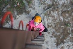 Muchacha que sube en parque de la aventura Foto de archivo