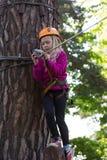 Muchacha que sube en parque de la aventura Imagen de archivo