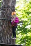 Muchacha que sube en parque de la aventura Fotografía de archivo libre de regalías