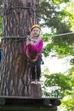 Muchacha que sube en parque de la aventura Foto de archivo libre de regalías