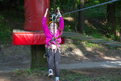 Muchacha que sube en parque de la aventura Fotos de archivo
