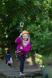 Muchacha que sube en parque de la aventura Imagen de archivo libre de regalías