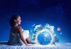 Muchacha que sueña antes de sueño Fotos de archivo