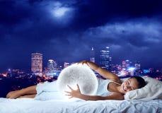 Muchacha que sueña antes de sueño Imagen de archivo libre de regalías