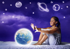 Muchacha que sueña antes de sueño Fotos de archivo libres de regalías