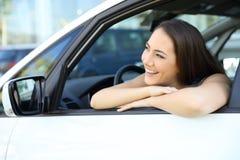 Muchacha que sueña con un nuevo coche Imagen de archivo libre de regalías