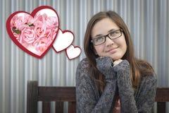 Muchacha que sueña despierto al lado de corazones flotantes con las rosas rosadas Imágenes de archivo libres de regalías