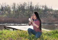 Muchacha que tiene alergia y que estornuda en tejido Foto de archivo libre de regalías