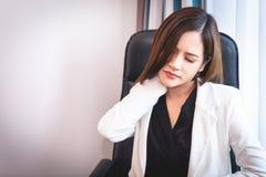Muchacha que tiene dolor de cuello del síndrome de la oficina Imágenes de archivo libres de regalías