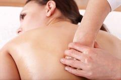 Muchacha que tiene masaje posterior. Foto de archivo libre de regalías