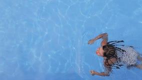 Muchacha que tiene nadada en la piscina almacen de video