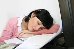 Muchacha que tiene una derecha de la siesta apenas Imagenes de archivo