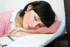 Muchacha que tiene una derecha de la siesta apenas Foto de archivo