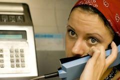 Muchacha que tiene una llamada en un teléfono Imagen de archivo libre de regalías