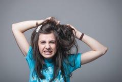Muchacha que tira de su pelo imágenes de archivo libres de regalías