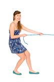 Muchacha que tira de una cuerda Fotos de archivo