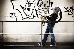 Muchacha que toca el saxofón foto de archivo libre de regalías