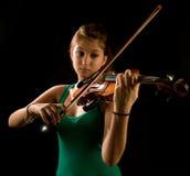 Muchacha que toca el violín imagen de archivo libre de regalías