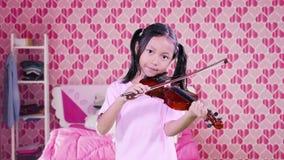 Muchacha que toca el violín en dormitorio metrajes