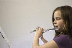 Muchacha que toca la flauta Fotos de archivo libres de regalías