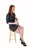 Muchacha que toca la flauta. Imagen de archivo libre de regalías