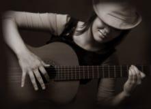 Muchacha que toca la guitarra Foto de archivo