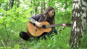 Muchacha que toca la guitarra almacen de video