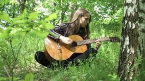 Muchacha que toca la guitarra metrajes
