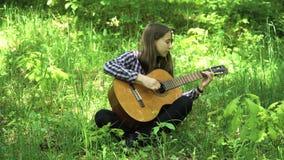 Muchacha que toca la guitarra almacen de metraje de vídeo