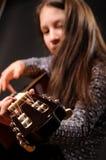 Muchacha que toca la guitarra acústica Imagen de archivo libre de regalías