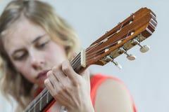 Muchacha que toca la guitarra acústica Imagen de archivo