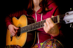 muchacha que toca la guitarra acústica Fotografía de archivo libre de regalías