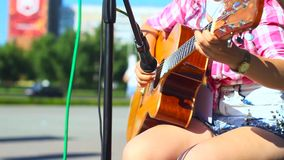 Muchacha que toca la guitarra en la calle almacen de video