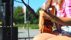 Muchacha que toca la guitarra en la calle metrajes