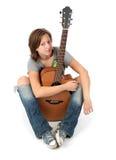 Muchacha que toca una guitarra acústica Foto de archivo
