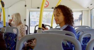 Muchacha que toma el boleto mientras que viaja en el autobús 4k almacen de video