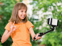 Muchacha que toma el selfie Imagen de archivo