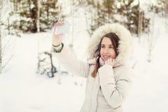 Muchacha que toma el selfie Autorretrato al aire libre de la muchacha de la Navidad Imagenes de archivo