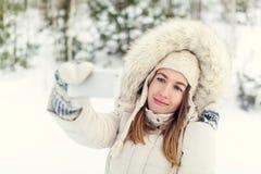 Muchacha que toma el selfie Autorretrato al aire libre de la muchacha de la Navidad Fotos de archivo libres de regalías