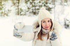 Muchacha que toma el selfie Autorretrato al aire libre de la muchacha de la Navidad Imagen de archivo