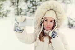 Muchacha que toma el selfie Autorretrato al aire libre de la muchacha de la Navidad Foto de archivo